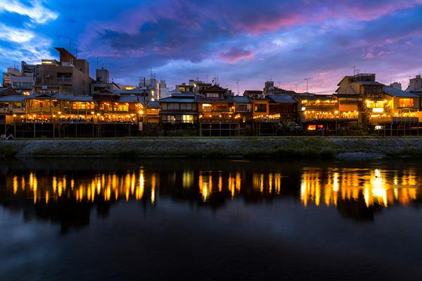 京都の夏の鴨川と納涼床